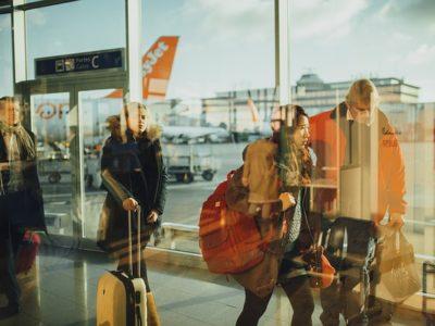 Voyageurs qui vont prendre un vtc à l'aéroport de Nice.