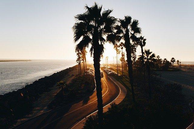 Route de la Côte d'Azur au coucher du soleil.