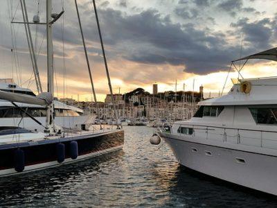 Photographie du port de Cannes au coucher de soleil.