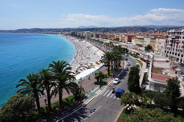 Vue sur la mer Méditerranée et la Promenade des Anglais à Nice.