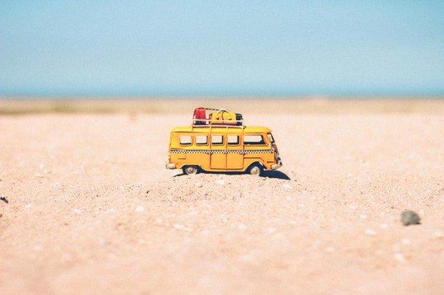 Petite figurine d'une voiture