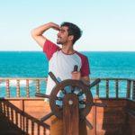 jeune homme sur un bateau à Cannes.