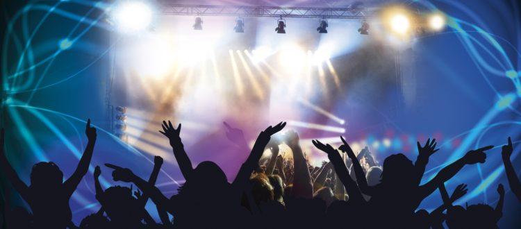 Foule qui danse pendant un concert.