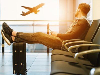 Un voyageur attendant son avion