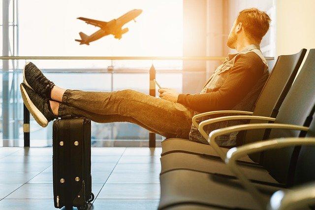 Un voyageur attendant son avion.