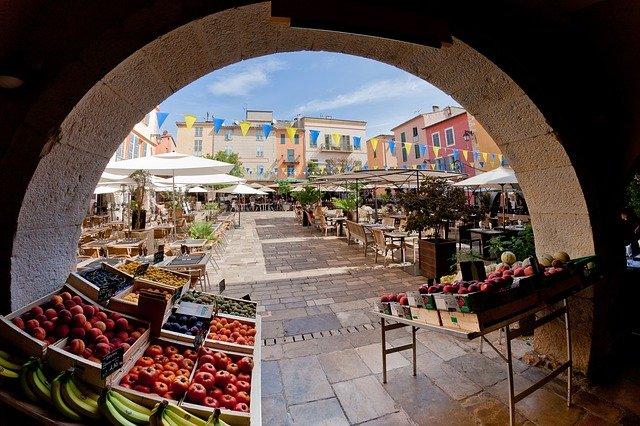 Le marché d'un village de la Côte d'Azur.